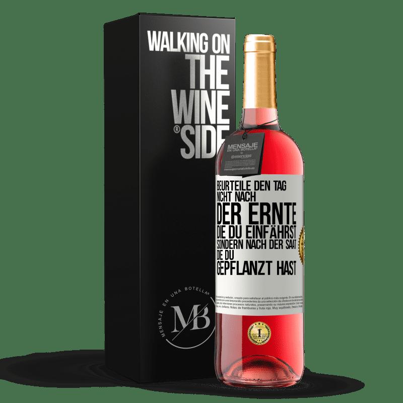 24,95 € Kostenloser Versand | Roséwein ROSÉ Ausgabe Beurteilen Sie die Tage nicht nach der Ernte, die Sie sammeln, sondern nach den Samen, die Sie pflanzen Weißes Etikett. Anpassbares Etikett Junger Wein Ernte 2020 Tempranillo