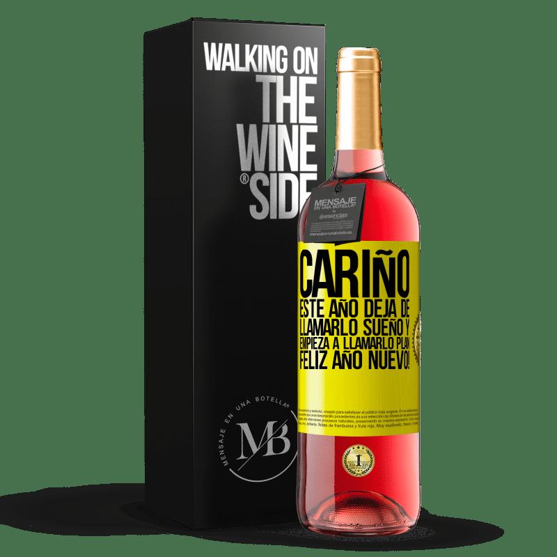 24,95 € Envoi gratuit   Vin rosé Édition ROSÉ Chérie, cette année, arrête de l'appeler un rêve et commence à l'appeler un plan. Bonne année! Étiquette Jaune. Étiquette personnalisable Vin jeune Récolte 2020 Tempranillo