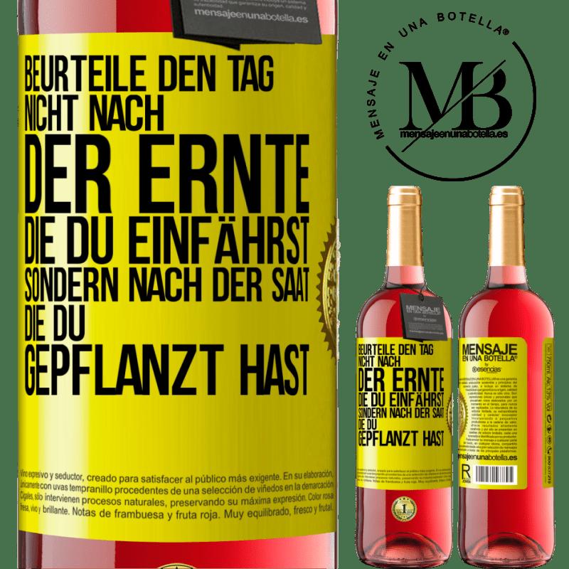 24,95 € Kostenloser Versand | Roséwein ROSÉ Ausgabe Beurteilen Sie die Tage nicht nach der Ernte, die Sie sammeln, sondern nach den Samen, die Sie pflanzen Gelbes Etikett. Anpassbares Etikett Junger Wein Ernte 2020 Tempranillo