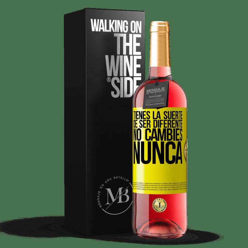 24,95 € Envoi gratuit | Vin rosé Édition ROSÉ Tu as de la chance d'être différent. Pas de changement jamais Étiquette Jaune. Étiquette personnalisable Vin jeune Récolte 2020 Tempranillo