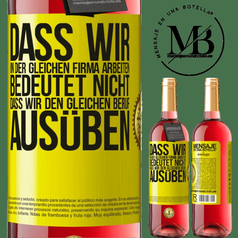 24,95 € Kostenloser Versand | Roséwein ROSÉ Ausgabe Dass wir in der gleichen Firma arbeiten, bedeutet nicht, dass wir den gleichen Beruf ausüben Gelbes Etikett. Anpassbares Etikett Junger Wein Ernte 2020 Tempranillo