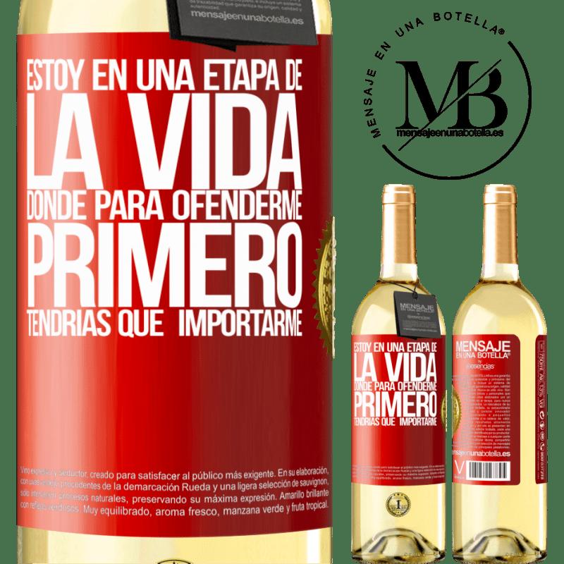 24,95 € Envío gratis | Vino Blanco Edición WHITE Estoy en una etapa donde para ofenderme, primero tendrías que importarme Etiqueta Roja. Etiqueta personalizable Vino joven Cosecha 2020 Verdejo