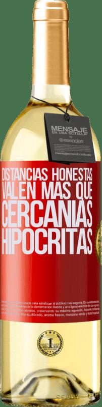 24,95 € Envío gratis   Vino Blanco Edición WHITE Distancias honestas valen más que cercanías hipócritas Etiqueta Roja. Etiqueta personalizable Vino joven Cosecha 2020 Verdejo