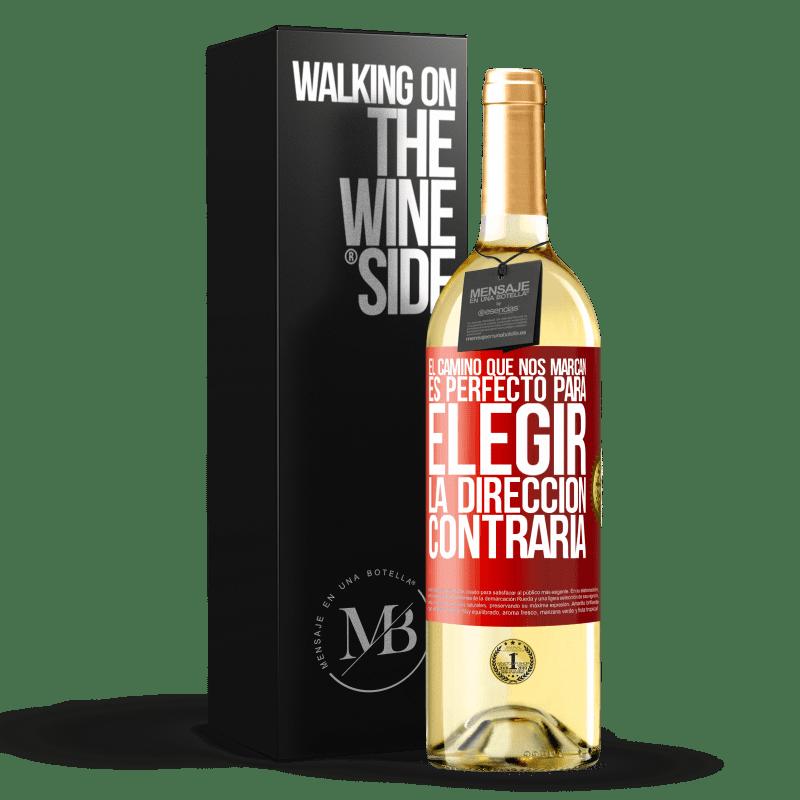 24,95 € Envío gratis | Vino Blanco Edición WHITE El camino que nos marcan es perfecto para elegir la dirección contraria Etiqueta Roja. Etiqueta personalizable Vino joven Cosecha 2020 Verdejo