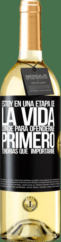 24,95 € Envío gratis | Vino Blanco Edición WHITE Estoy en una etapa donde para ofenderme, primero tendrías que importarme Etiqueta Negra. Etiqueta personalizable Vino joven Cosecha 2020 Verdejo