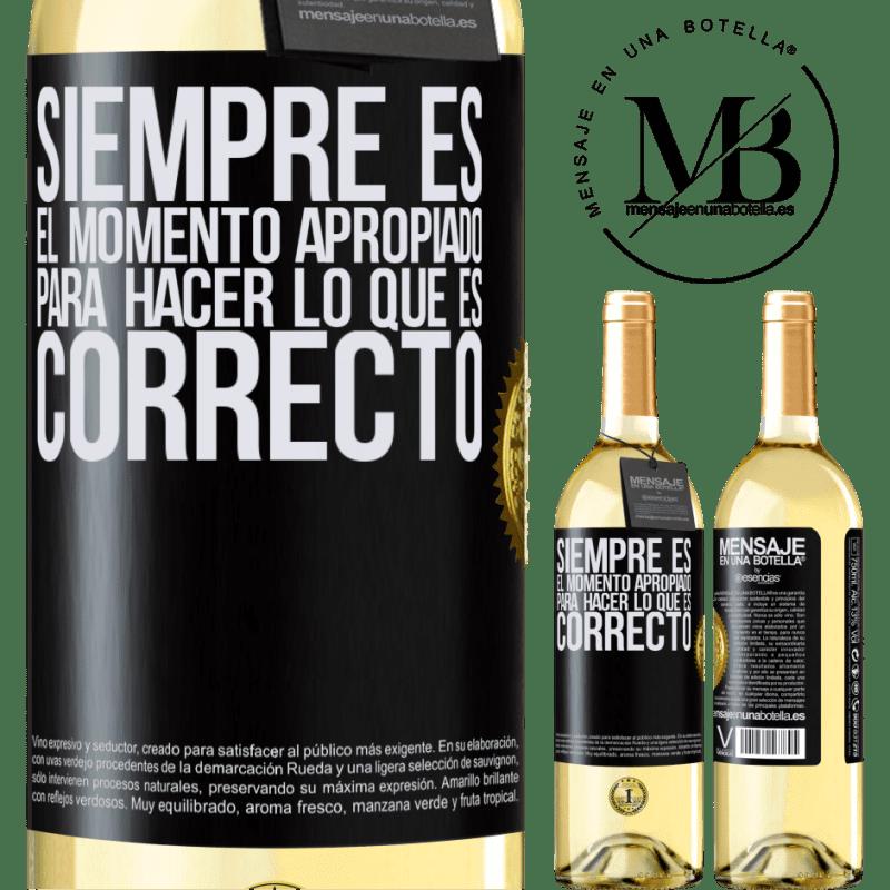24,95 € Envío gratis | Vino Blanco Edición WHITE Siempre es el momento apropiado para hacer lo que es correcto Etiqueta Negra. Etiqueta personalizable Vino joven Cosecha 2020 Verdejo
