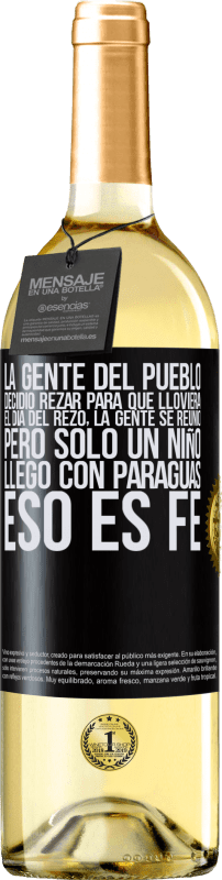 24,95 € Envío gratis | Vino Blanco Edición WHITE La gente del pueblo decidió rezar para que lloviera. El día del rezo, la gente se reunió, pero sólo un niño llego con Etiqueta Negra. Etiqueta personalizable Vino joven Cosecha 2020 Verdejo