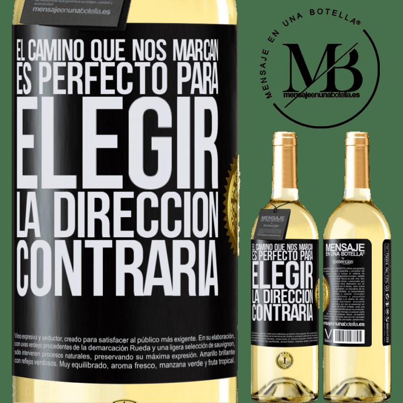 24,95 € Envío gratis | Vino Blanco Edición WHITE El camino que nos marcan es perfecto para elegir la dirección contraria Etiqueta Negra. Etiqueta personalizable Vino joven Cosecha 2020 Verdejo