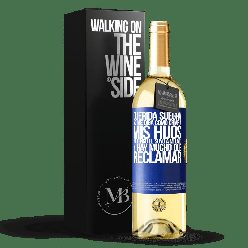 24,95 € Envío gratis | Vino Blanco Edición WHITE Querida suegra, no me diga como criar a mis hijos. Yo tengo el suyo a mi lado y hay mucho que reclamar Etiqueta Azul. Etiqueta personalizable Vino joven Cosecha 2020 Verdejo