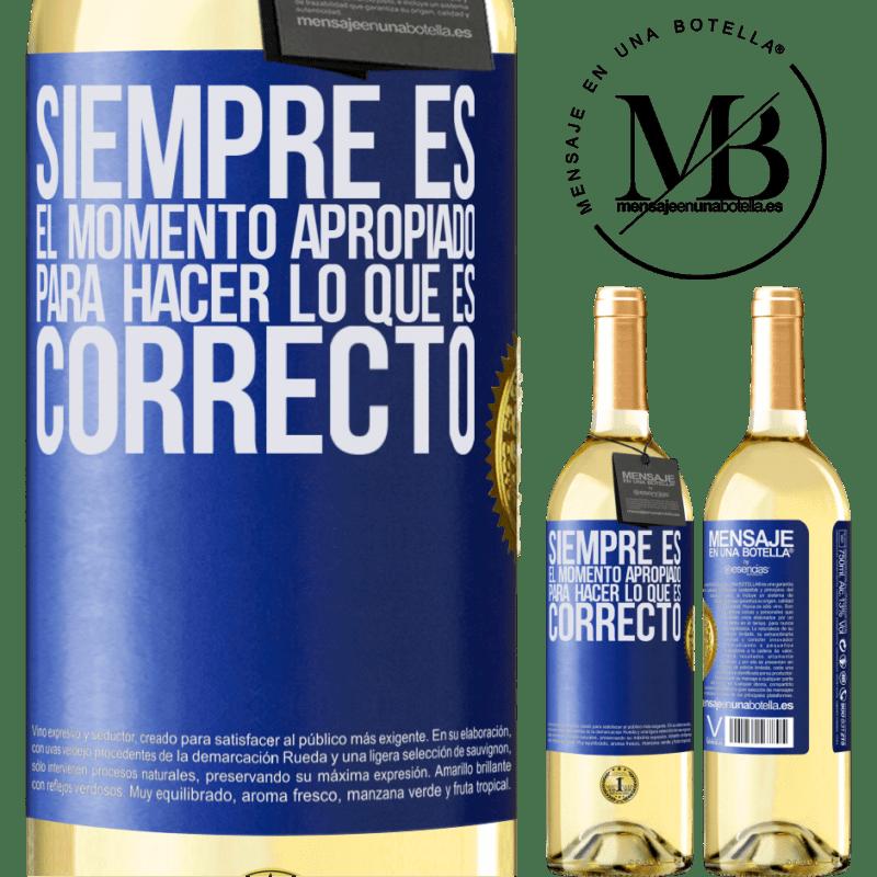 24,95 € Envío gratis | Vino Blanco Edición WHITE Siempre es el momento apropiado para hacer lo que es correcto Etiqueta Azul. Etiqueta personalizable Vino joven Cosecha 2020 Verdejo