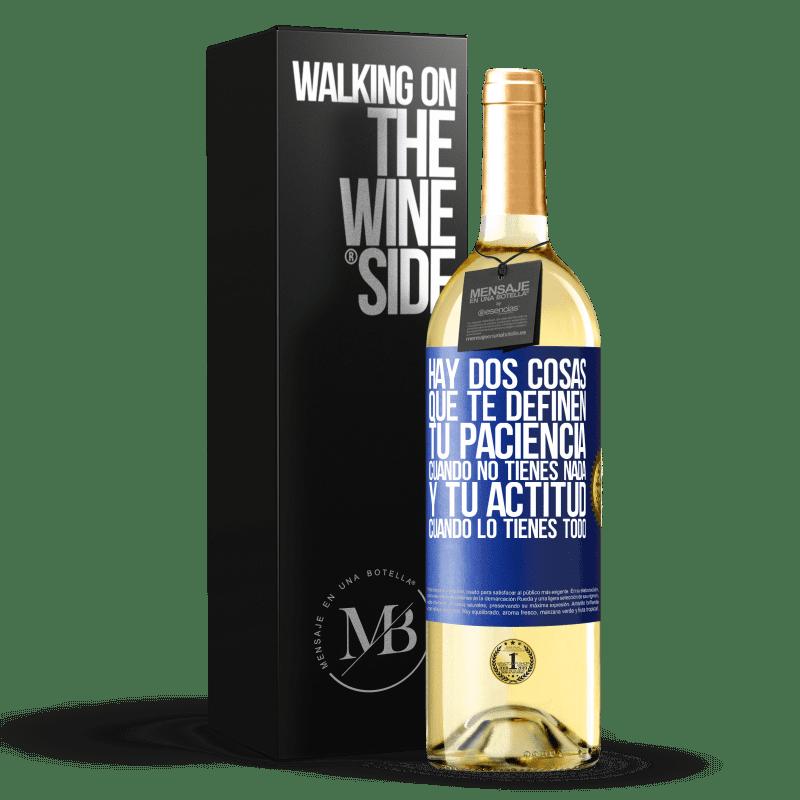 24,95 € Envío gratis | Vino Blanco Edición WHITE Hay dos cosas que te definen. Tu paciencia cuando no tienes nada, y tu actitud cuando lo tienes todo Etiqueta Azul. Etiqueta personalizable Vino joven Cosecha 2020 Verdejo