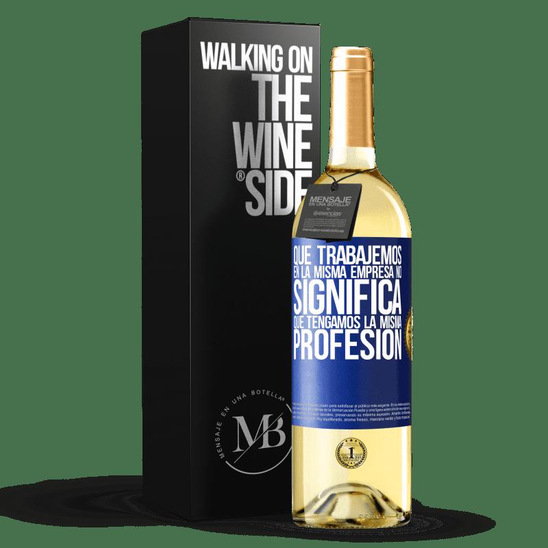 24,95 € Envío gratis | Vino Blanco Edición WHITE Que trabajemos en la misma empresa no significa que tengamos la misma profesión Etiqueta Azul. Etiqueta personalizable Vino joven Cosecha 2020 Verdejo