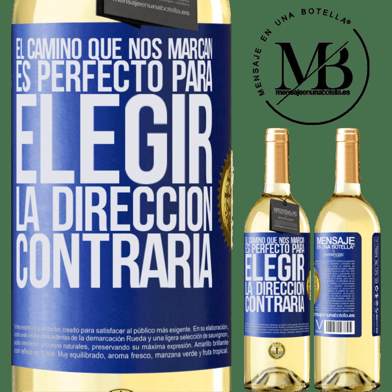 24,95 € Envío gratis | Vino Blanco Edición WHITE El camino que nos marcan es perfecto para elegir la dirección contraria Etiqueta Azul. Etiqueta personalizable Vino joven Cosecha 2020 Verdejo