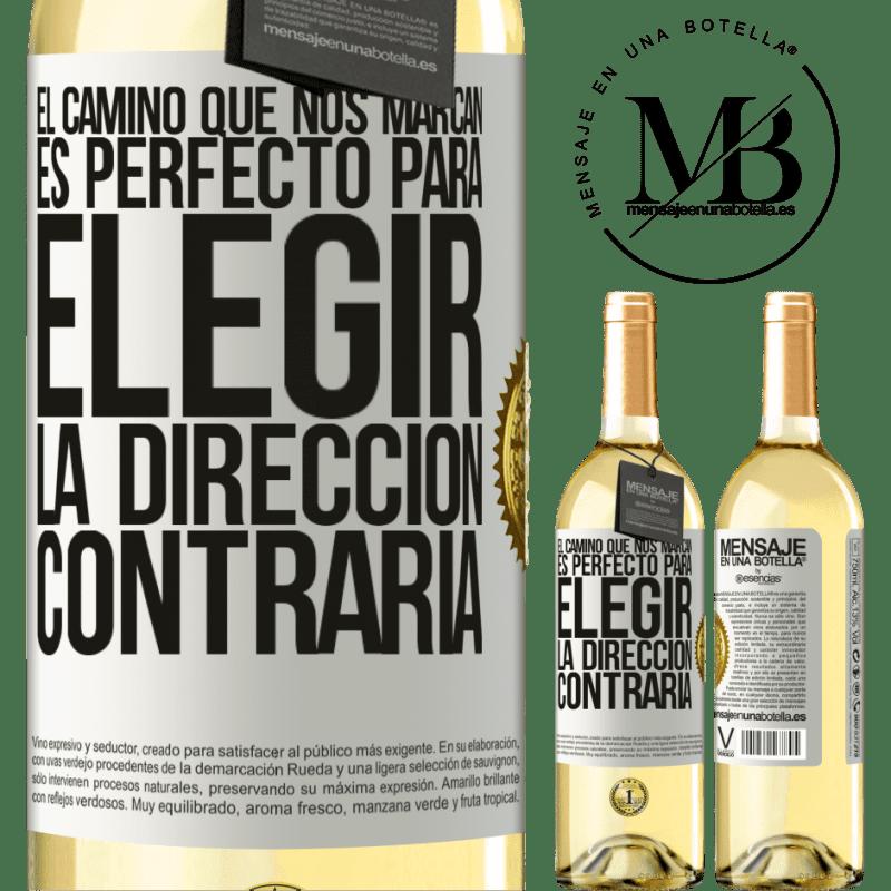 24,95 € Envío gratis | Vino Blanco Edición WHITE El camino que nos marcan es perfecto para elegir la dirección contraria Etiqueta Blanca. Etiqueta personalizable Vino joven Cosecha 2020 Verdejo
