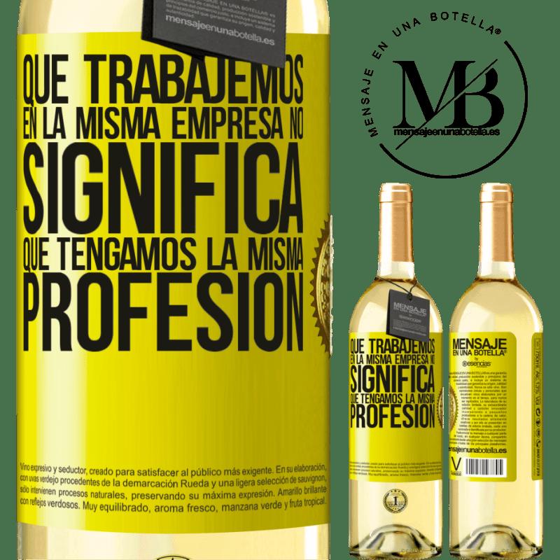 24,95 € Envío gratis | Vino Blanco Edición WHITE Que trabajemos en la misma empresa no significa que tengamos la misma profesión Etiqueta Amarilla. Etiqueta personalizable Vino joven Cosecha 2020 Verdejo