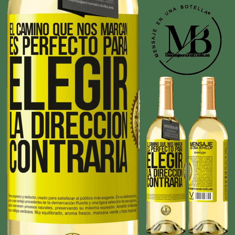 24,95 € Envío gratis | Vino Blanco Edición WHITE El camino que nos marcan es perfecto para elegir la dirección contraria Etiqueta Amarilla. Etiqueta personalizable Vino joven Cosecha 2020 Verdejo