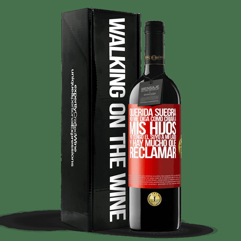 24,95 € Envoi gratuit   Vin rouge Édition RED Crianza 6 Mois Chère belle-mère, ne me dites pas comment élever mes enfants. J'ai le vôtre à mes côtés et il y a beaucoup à réclamer Étiquette Rouge. Étiquette personnalisable Vieillissement en fûts de chêne 6 Mois Récolte 2018 Tempranillo