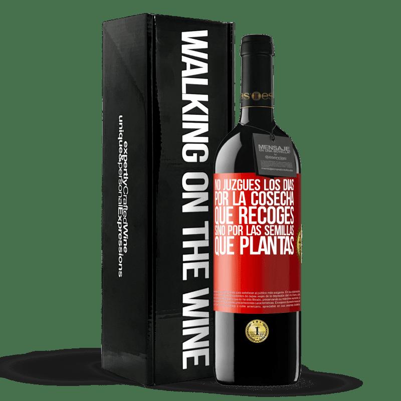 24,95 € Envoi gratuit | Vin rouge Édition RED Crianza 6 Mois Ne jugez pas les jours par la récolte que vous récoltez, mais par les graines que vous plantez Étiquette Rouge. Étiquette personnalisable Vieillissement en fûts de chêne 6 Mois Récolte 2018 Tempranillo