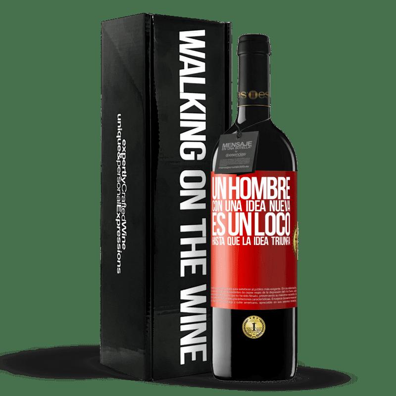 24,95 € Envoi gratuit | Vin rouge Édition RED Crianza 6 Mois Un homme avec une nouvelle idée est fou jusqu'à ce que l'idée triomphe Étiquette Rouge. Étiquette personnalisable Vieillissement en fûts de chêne 6 Mois Récolte 2018 Tempranillo