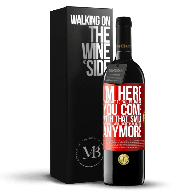 24,95 € Free Shipping   Red Wine RED Edition Crianza 6 Months I here trying not to fall in love and you leave me with that smile, that look ... well, I don't play that way Red Label. Customizable label Aging in oak barrels 6 Months Harvest 2018 Tempranillo