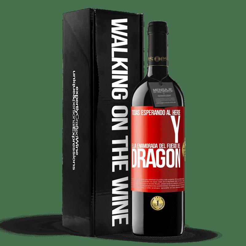24,95 € Envoi gratuit | Vin rouge Édition RED Crianza 6 Mois Tous attendent le héros et elle amoureuse du feu du dragon Étiquette Rouge. Étiquette personnalisable Vieillissement en fûts de chêne 6 Mois Récolte 2018 Tempranillo