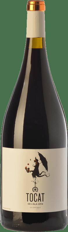 27,95 € Envío gratis | Vino tinto Coca i Fitó Tocat de l'Ala Joven D.O. Empordà Cataluña España Syrah, Garnacha, Cariñena Botella Mágnum 1,5 L